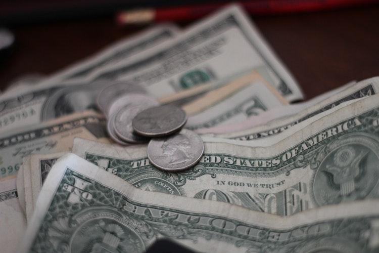 Es nopelnu labu naudu, bet nav naudas