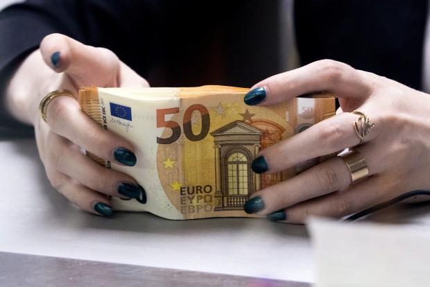 nopelnīt naudu par likmju starpību)