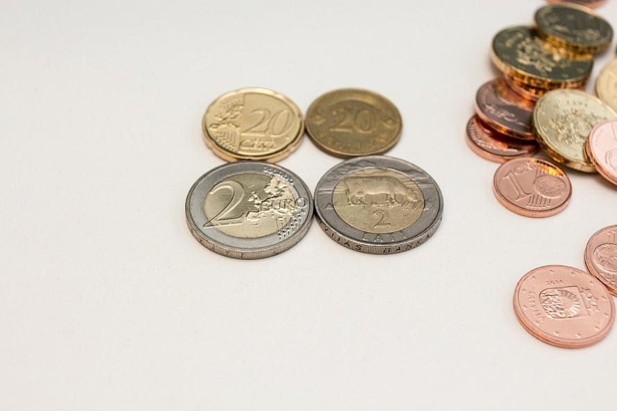 Lauciniekiem pie skaidras naudas tikt liedz bankomātu un sabiedriskā transporta trūkums