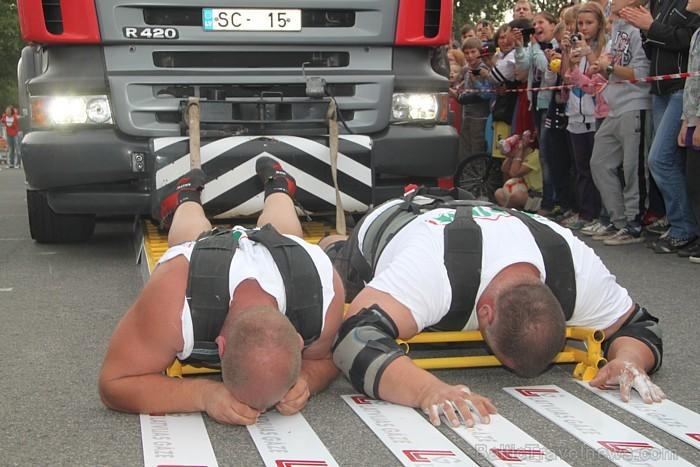Policists no Ķīnas uzstādījis jaunu pasaules rekordu plankingā | SKATIES