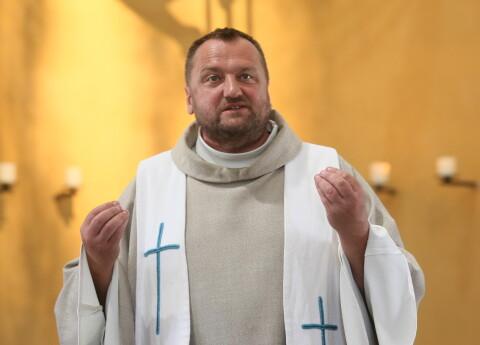 priesteri pelna naudu)