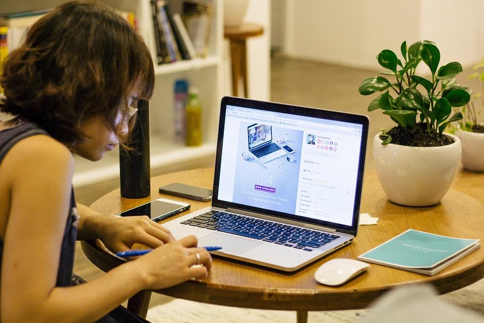 Darbs no Mājām: 12 Reāli Veidi kā Nopelnīt Naudu Internetā
