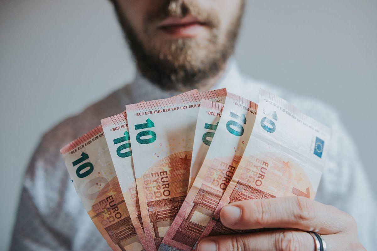 kā pelnīt skaidru naudu dienā)