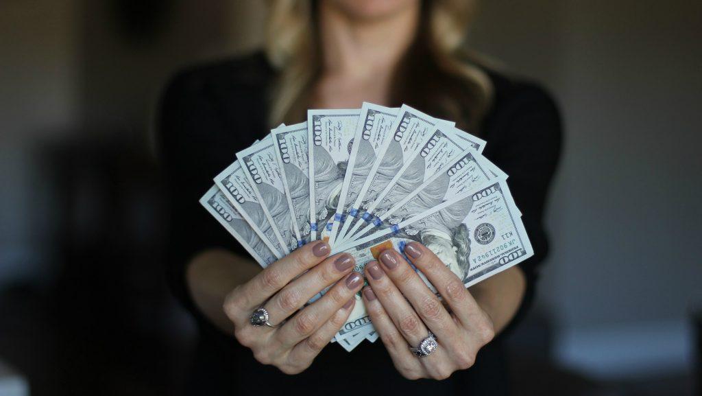kā pareizi rakstīt, lai nopelnītu naudu vai naudu)